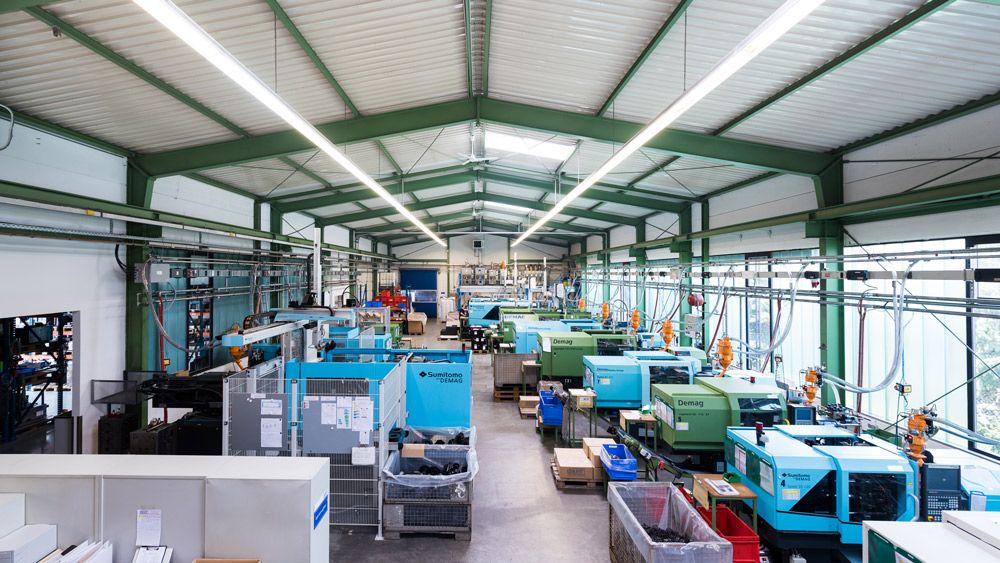Große Halle mit Montage-Geräten