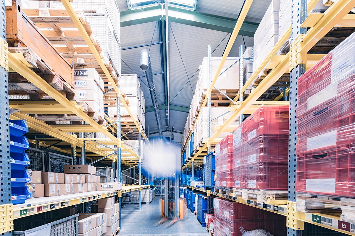 Sicht in die Lagerhalle der Dauer GmbH